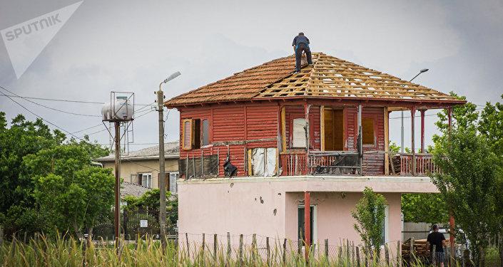 Мужчина на крыше своего дома в Анаклии