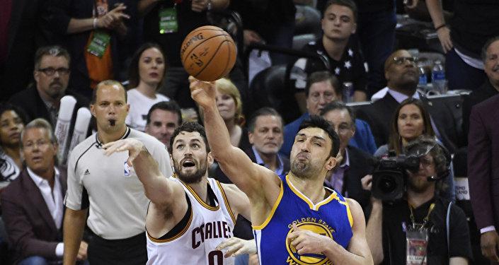 Заза Пачулия во втором тайме четвертой игры финала NBA в 2017 году