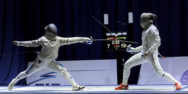 Теодора Кахиани из Грузии (справа) против Розеллины Грегорио из Италии на чемпионате Европы по фехтованию в Тбилиси