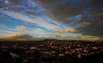 Облака и тучи в небе над Тбилиси