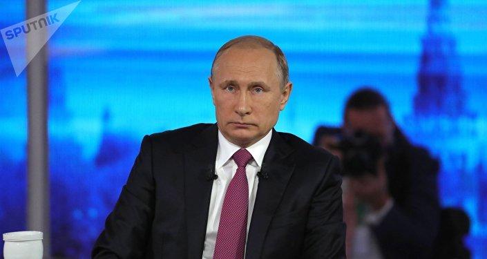Президент РФ Владимир Путин в основной студии московского Гостиного двора во время ежегодной специальной программы Прямая линия с Владимиром Путиным