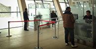Проверка документов на паспортном контроле на таможенно-пропускном пункте Казбеги на грузино-российской границе