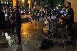 Рок-хиты в исполнении уличных музыкантов в столице Грузии