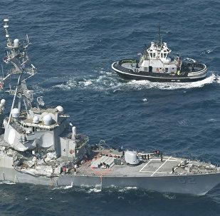 Ракетный эсминец USS Fitzgerald, поврежденный при столкновении с торговым судном, находится рядом с буксиром у Симода, Япония