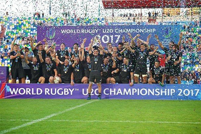Церемония награждения сборной Новой Зеландии после ее победы в финале чемпионата мира по регби U-20