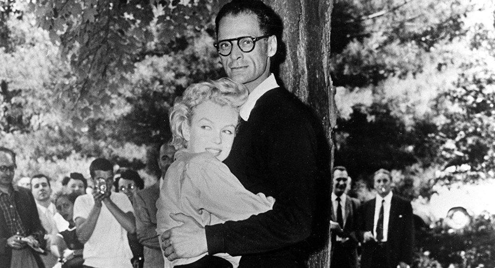 В 1956 году Мэрилин Монро вышла замуж за драматурга Артура Миллера. Этот брак оказался самым длительным из всех и продлился четыре с половиной года, но не был счастливым и закончился в 1961 году