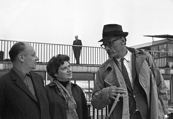 Американский писатель Артур Миллер (справа)