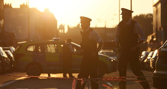 Полицейские на месте столкновения фургона с пешеходами в Северном Лондоне, Великобритания