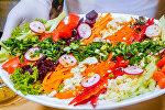 Вкусные рецепты: как приготовить летний цветной салат с медовым соусом