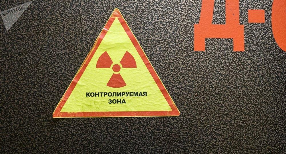 Наклейка с предупреждением о ядерной безопасности