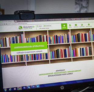 Девушка смотрит сайт Abiturienti.ge