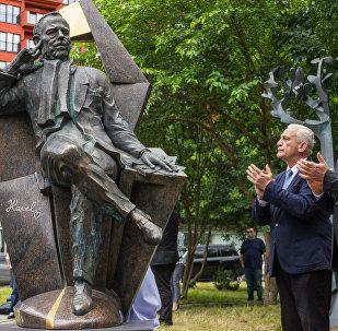Памятник Вацлаву Гавелу в Тбилиси
