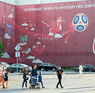 Баннер с символикой Кубка конфедераций FIFA 2017 на одной из улиц в Казани