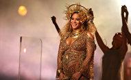 Бейонсе выступает на 59-й ежегодной премии Grammy в Лос-Анджелесе, штат Калифорния, США