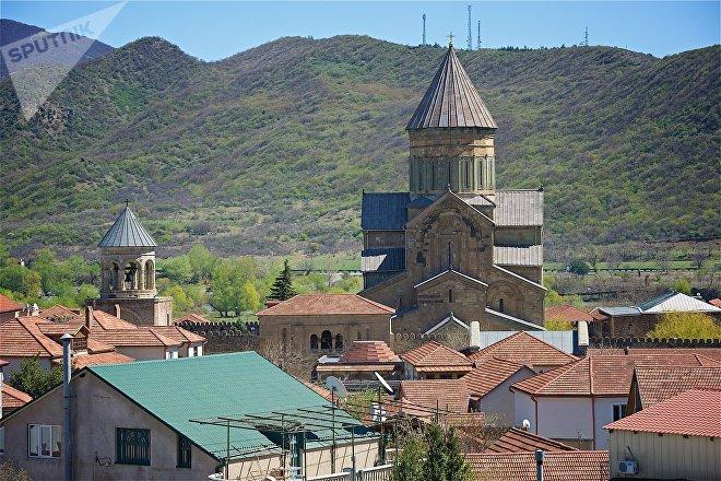 Вид на храм Светицховели и город Мцхета