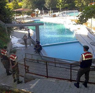 Полицейские в аквапарке в городе Акьязы в провинции Сакарья, в западной Турции