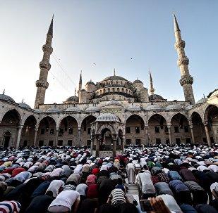 Мусульмане совершают молитвы Ид аль-Фитр в Голубой мечети в Стамбуле, Турция