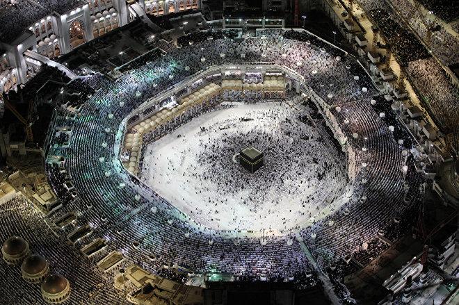 Мусульмане молятся у Каабы, исламской святыни в Великой мечети в святом городе Мекка в Саудовской Аравии. Это одно из основных мест, собирающее, согласно кораническим предписаниям, паломников во время хаджа
