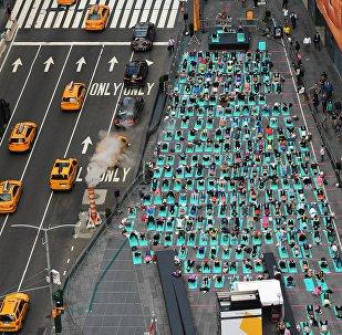 Участники 15-го ежегодного мероприятия, приуроченного к Международному дню йоги, на Таймс-Сквер - так они отметили праздник летнего солнцестояния