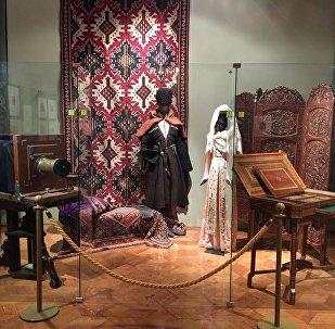 Фотоаппарат конца XIX века и национальный грузинский костюм