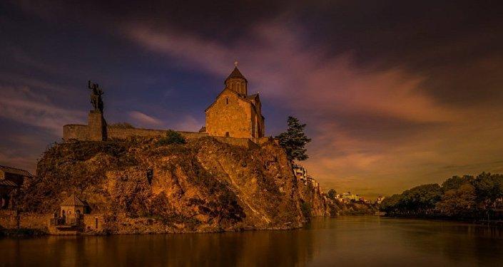 Вид на церковь Метехи в Тбилиси