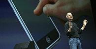 Исполнительный директор Apple Стив Джобс представляет новый мобильный телефон, который также можно использовать в качестве цифрового музыкального плеера и камеры, долгожданное устройство, получившее название «iPhone», на конференции Macworld 09 января 2007 года в Сан-Франциско, штат Калифорния. IPhone будет ультратонким - толщиной менее 1,3 см, с интернет-возможностями и MP3-плеером, а также с двумя мегапиксельными цифровыми камерами, сказал Джобс