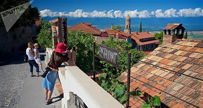Туристы фотографируют виды Сигнахи с одной из улиц в центре города