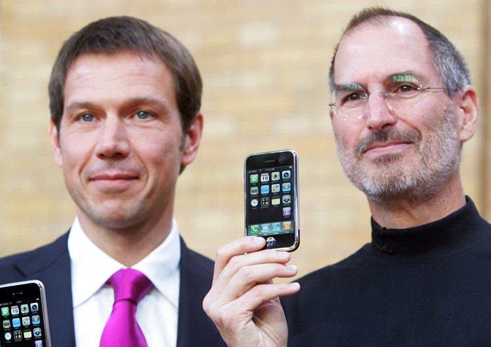 2007 году Джобс вышел на сцену с самым первым iPhone в руках скептики крутили пальцем у виска. В те годы взаимодействие с сенсорными экра