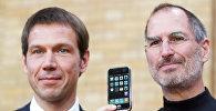 Директор T-Mobile Рене Оберманн (слева) и директор Apple, создатель iPhone, Стив Джобс позируют с iPhone на пресс-конференции в Берлине 19 сентября 2007 года