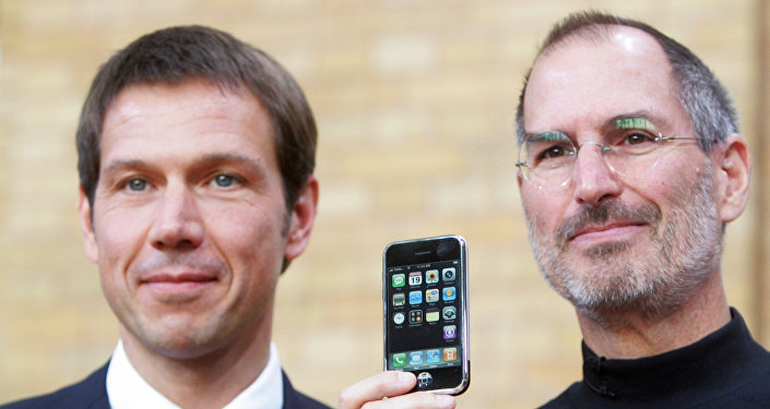 Директор T Mobile Рене Оберманн и директор Apple создатель iPhone Стив Джобс позируют с iPhone на пресс-конференции в Берлине