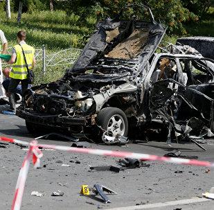 Следователи работают на месте взрыва бомбы в автомобиле, в результате которого был убит Максим Шаповал в Киеве, Украина