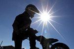 Водитель скутера демонстрирует мастерство вождения