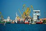Вид на причалы и грузовые суда в Потийском порту