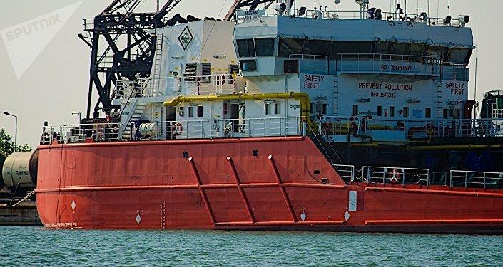 Нефтеналивной танкер в Потийском порту