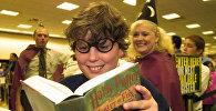 Поклонник Гарри Поттера Шон Бреннан, 10 лет, смотрит на книгу «Гарри Поттер и кубок огня»