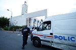 Полиция у мечети в городе Кретей под Парижем, Франция