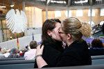 Пара целуется после заседания нижней палаты Бундестага, проголосовавшей за легализацию однополых браков в Германии