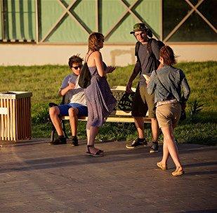 Туристы в парке Рике на набережной Тбилиси, неподалеку от станции канатной дороги