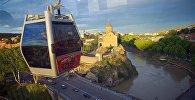 Вагончик канатной дороги над историческим центром Тбилиси, Метехским мостом и храмом Метехи