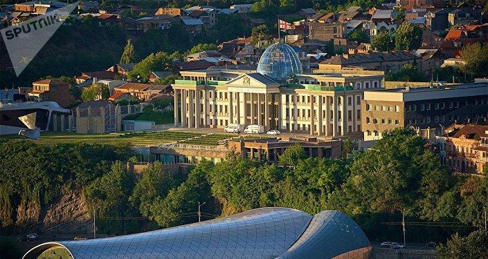Вид на президентский дворец в районе Авлабари