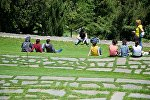 Люди отдыхают на территории монастыря Бодбе