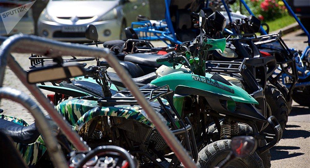 Квадроциклы у монастыря Бодбе ждут туристов