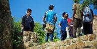 Туристы у монастыря Джвари