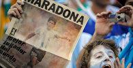 Болельщики приветствуют Диего Марадону