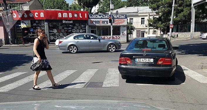 Нарушение правил - стоянка на зебре на красный свет светофора