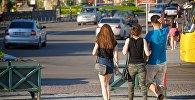 Туристы на улицах Тбилиси в жаркий летний день