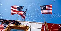 Американские флаги во время парада 4 июля в Калифорнии