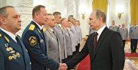 Владимир Путин и начальник Центрального регионального центра МЧС России Олег Баженов