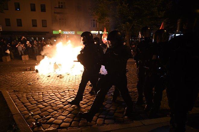 Полицейские разгоняют участников акций протеста против саммита G20 в Гамбурге