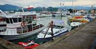 Катера и прогулочные суда в Батумском порту пережидают шторм